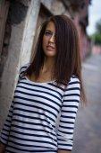 Portrait of a cute girl in a t-shirt on the street — Stockfoto