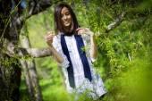 Beautiful girl in a flowering tree — Stockfoto