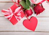 Valentine background of gift box, two roses and red gift tag on — Stock Photo