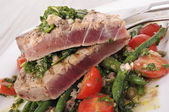 Seared tuna steak with bean and tomato salad — Stock Photo