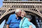 Senior couple in front of Eiffel Tower — 图库照片