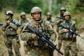 Soldiers standing with the team and is looking forward — Stockfoto