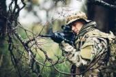 Soldato con fucile nella foresta — Foto Stock