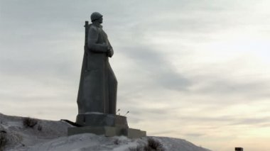 Murmansk city hero - a monument to soldiers on the shore — Stock Video
