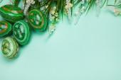 緑の背景に緑のイースターエッグ — ストック写真