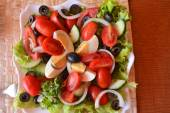 Fresh summer mixed vegetable salad with eggs — Fotografia Stock