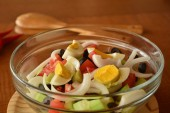 Fresh spring mixed vegetable salad with eggs — Fotografia Stock