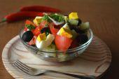 Zdrowa sałatka jarzynowa z jaj w szklanej misce — Zdjęcie stockowe