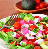 Mixed vegetable salad with crab sticks and avocado — Stockfoto