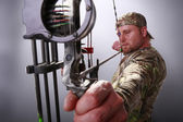 Man hunt with compound bow — Stock Photo