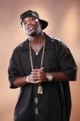 Rapper Haltung ein junger Afrikanisch-Amerikaner — Stockfoto