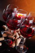 Wijn glazen en kurken — Stockfoto