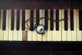 Teclas de piano vintage com relógio de bolso antigo com um conceito de tempo de cadeia — Fotografia Stock