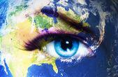 Planeet aarde en blauwe menselijk oog met violette en roze dag make-up. Oog schilderij — Stockfoto