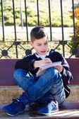 少年をベンチに書き込みます — ストック写真