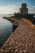 Seascape and ruins of fortress of Methoni — Stock Photo