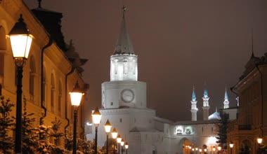 Night park and Kazan Kremlin — Stock Video
