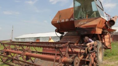Old farm combine — Stock Video