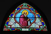 Buntes Glas in der Kirche — Stockfoto
