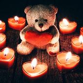 Ursinho de pelúcia segurando coração vermelho — Foto Stock