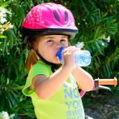 Flicka dricksvatten — Stockfoto