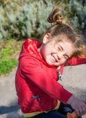 Girl smiling  in park — ストック写真
