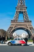 Paris - Eyfel Kulesi önünde park etmiş Fransız renklerde 2015-Retro araba boyalı — Stok fotoğraf