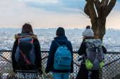 Teenagers backpacking in Paris, Europe — Stock Photo