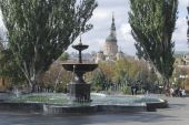 Fountain in the park against the backdrop of the cathedral — Stockfoto