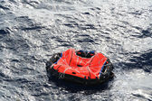 A life raft drifts in mid ocean — Stock Photo