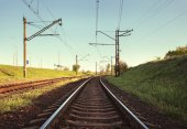 Plataforma del tren de carga al atardecer. Ferrocarril. Estación de tren — Foto de Stock