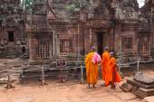 : Buddhist monks observing Banteay Srei Temple, Cambodia — Stock Photo