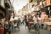 Riksza cyklu jazdy pojazdu na ulicy Starego Delhi, Indie — Zdjęcie stockowe