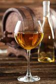 Weisswein Glas mit Flasche — Stockfoto