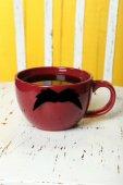 Röd kopp med papper mustasch — Stockfoto
