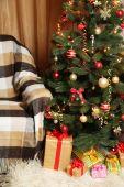Geschenkdozen onder de kerstboom — Stockfoto