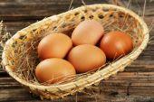 Fresh eggs in basket — Stock Photo