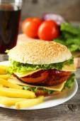 新鮮なハンバーガーとフライド ポテト — ストック写真