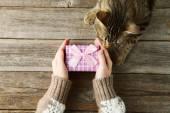 女手牵礼品盒 — 图库照片