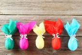 Kleurrijke Pasen eieren op grijze houten achtergrond — Stockfoto