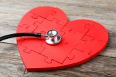Red puzzle heart with stethoscope — Стоковое фото