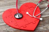 Красный головоломки сердце с стетоскоп — Стоковое фото