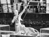 Statue of girl with bow and cheetah — Fotografia Stock