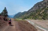 Cyclist riding on mountain serpentine in Turkey — Foto de Stock