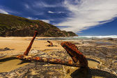 Rusty Anchor in the Rocks on the Sea Shore — Stock Photo