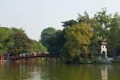 Bridge at the Hoan Kiem lake in Hanoi — Stockfoto