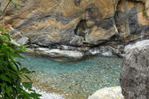 Marble rock and clear water at river — ストック写真