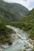 Steep mountains and rocky river at the Taroko National Park in Taiwan — ストック写真