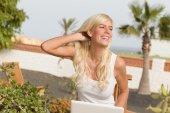 屋外のラップトップできれいな女の子 — ストック写真
