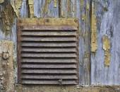 Corroded ventilation hatch on the wooden background with peeled — Stock Photo
